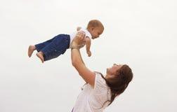 усмехаться мати младенца Стоковая Фотография