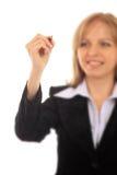 Женщина дела рисует, пишет на фактически экране. коммерсантка i Стоковые Фотографии RF