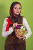 Усмехаться мечтающ женщина в шали с держать цветет в Новогодней ночи Стоковые Изображения RF
