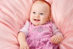 усмехаться младенца девушки одеяла ослабляя Стоковое Изображение RF