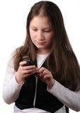 усмехаться мобильного телефона девушки Стоковая Фотография
