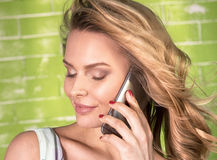 усмехаться мобильного телефона девушки Стоковое Изображение