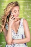 усмехаться мобильного телефона девушки Стоковая Фотография RF