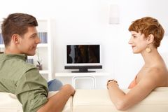 Усмехаться молодых пар говоря стоковые фото