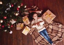 усмехаться настоящих моментов девушки рождества Стоковое Фото