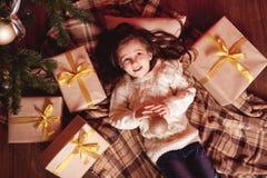 усмехаться настоящих моментов девушки рождества Стоковое Изображение