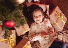 усмехаться настоящих моментов девушки рождества Стоковое Изображение RF