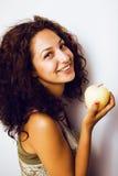 Усмехаться довольно молодого реального яблока еды девушки tenage близкий поднимающий вверх Стоковые Изображения
