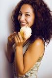 Усмехаться довольно молодого реального яблока еды девушки tenage близкий поднимающий вверх Стоковые Изображения RF