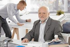 усмехаться офиса бизнесмена старший Стоковая Фотография