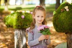 усмехаться парка девушки осени Стоковые Изображения RF