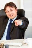 усмехаться перста бизнесмена самомоднейший указывая вы Стоковое фото RF
