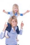 усмехаться плеч мамы ребенка счастливый Стоковая Фотография