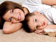 усмехаться портрета мати ребенка счастливый Стоковая Фотография RF
