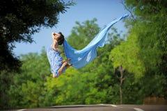 усмехаться привлекательной девушки ткани скача Стоковая Фотография RF
