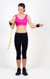 усмехаться привлекательной пригодности крупного плана камеры поднимаясь утяжеляет женщину Стоковая Фотография RF