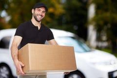усмехаться работника доставляющего покупки на дом Стоковые Изображения RF