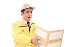усмехаться работника доставляющего покупки на дом стоковая фотография rf