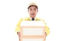 усмехаться работника доставляющего покупки на дом стоковые изображения