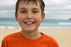 усмехаться ребенка пляжа предпосылки стоковое изображение rf