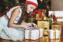 Усмехаться ребёнка красивый счастливый и жизнерадостный в рождестве Стоковое Изображение