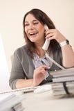 усмехаться секретарши телефона офиса Стоковая Фотография