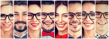усмехаться сторон Счастливая группа в составе многонациональные люди стоковое изображение rf