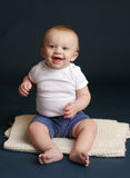 Усмехаться счастливого младенца смеясь над Стоковые Изображения RF
