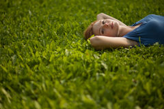 усмехаться травы девушки лежа стоковые изображения rf
