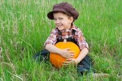 усмехаться тыквы травы мальчика Стоковая Фотография RF