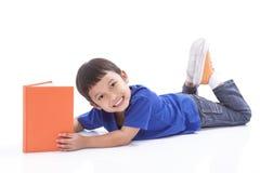 усмехаться чтения мальчика книги Стоковые Изображения