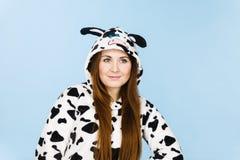 Усмехаться шаржа пижам женщины нося Стоковые Фото
