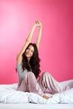 усмехаться девушки кровати Стоковые Изображения RF
