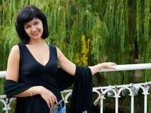 усмехаться девушки моста Стоковое Фото