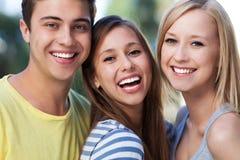 Усмехаться 3 молодой друзей стоковые изображения rf