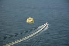 усмехаться parasailing стороны Стоковые Изображения