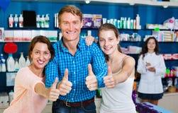 Усмехаться parents при подросток девушки держа большие пальцы руки вверх Стоковая Фотография RF