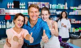 Усмехаться parents при подросток девушки держа большие пальцы руки вверх Стоковое Изображение