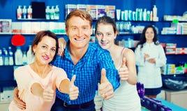 Усмехаться parents при подросток девушки держа большие пальцы руки вверх Стоковые Изображения