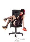 усмехаться pinup офиса девушки кресла Стоковые Фотографии RF