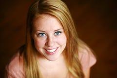 усмехаться redhead девушки веснушек предназначенный для подростков Стоковое фото RF