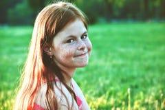 усмехаться redhead девушки стоковые фотографии rf