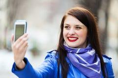 усмехаться smartphone девушки Стоковая Фотография RF