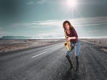 усмехаться womanmusic на дороге Стоковые Фото