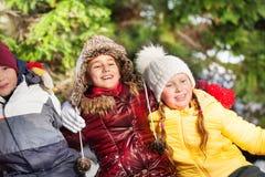 Усмехающся и обнимающ детей в зиме на лесе Стоковые Изображения