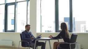 Усмехающся работодатель спрашивает вопросы к женщине в интервью акции видеоматериалы