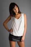 Усмехающся, счастливая девушка одетая модно стоковая фотография rf