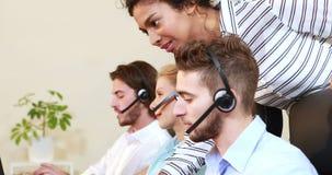 Усмехаясь агент центра телефонного обслуживания порции коммерсантки акции видеоматериалы