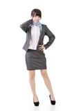 Усмехаясь азиатская бизнес-леди с пересеченными оружиями Стоковое Изображение RF