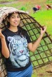 Усмехаясь азиатская женщина представляя как фермер стоковое фото rf